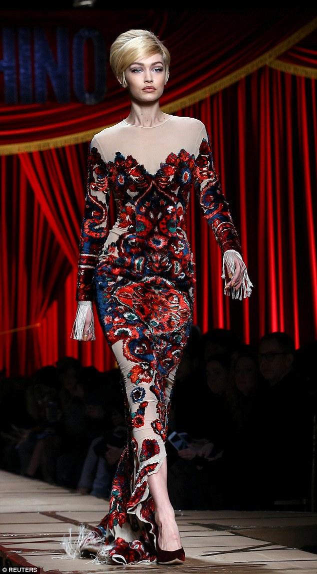 Váy có vướng vào gót giày cũng không thể làm Gigi Hadid vồ ếch vì cô nàng cao tay thế này cơ mà - Ảnh 2.