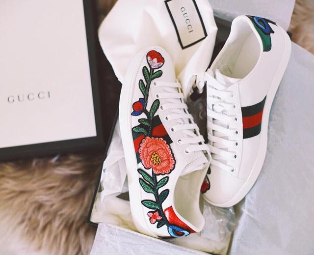 Giày sneaker thêu, xu hướng hoa hòe hoa sói mà bạn cứ lướt Instagram là gặp thời gian này - Ảnh 1.