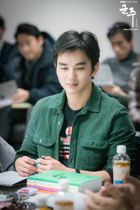 Hé lộ lí do Quân Chủ Yoo Seung Ho suốt ngày đeo mặt nạ - Ảnh 6.