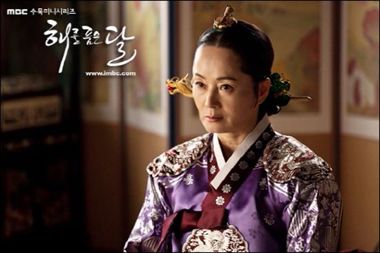 5 vai diễn mà khán giả nhớ mãi về cố diễn viên Mặt Trăng Ôm Mặt Trời Kim Young Ae - Ảnh 1.