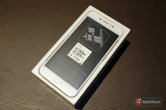 Mở hộp Vivo V5s: điện thoại trang bị camera selfie lên đến 20 MP, giá gần 7 triệu đồng - Ảnh 2.
