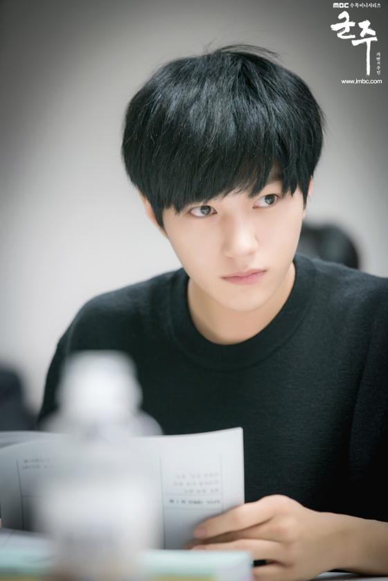 Hé lộ lí do Quân Chủ Yoo Seung Ho suốt ngày đeo mặt nạ - Ảnh 8.