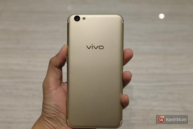 Mở hộp Vivo V5s: điện thoại trang bị camera selfie lên đến 20 MP, giá gần 7 triệu đồng - Ảnh 4.