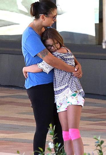 Vợ Chester (Linkin Park) xuất hiện đau buồn trên phố sau khi chồng tự tử - Ảnh 1.