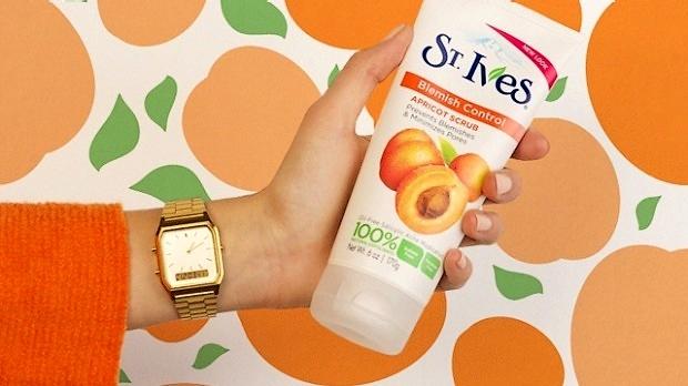Sữa rửa mặt tẩy da chết nổi tiếng của St. Ives bị tố gây hư tổn da, khách hàng đâm đơn kiện - Ảnh 1.