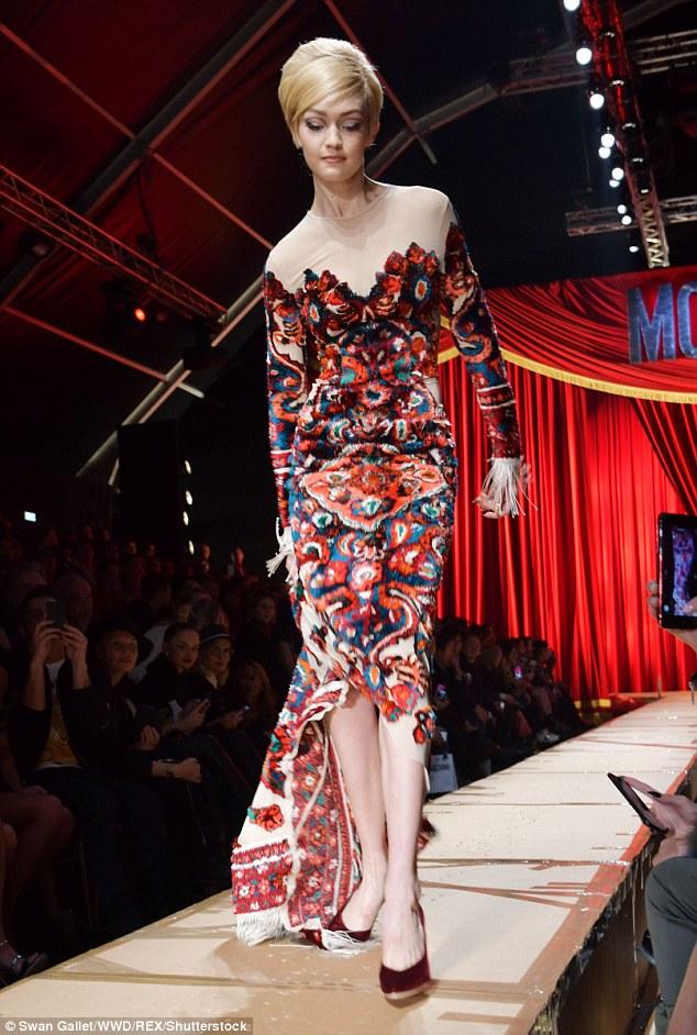 Váy có vướng vào gót giày cũng không thể làm Gigi Hadid vồ ếch vì cô nàng cao tay thế này cơ mà - Ảnh 3.