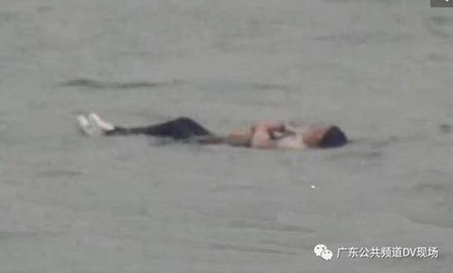 Cô gái nhảy sông tự tử nhưng béo quá không chìm được nên thoát chết