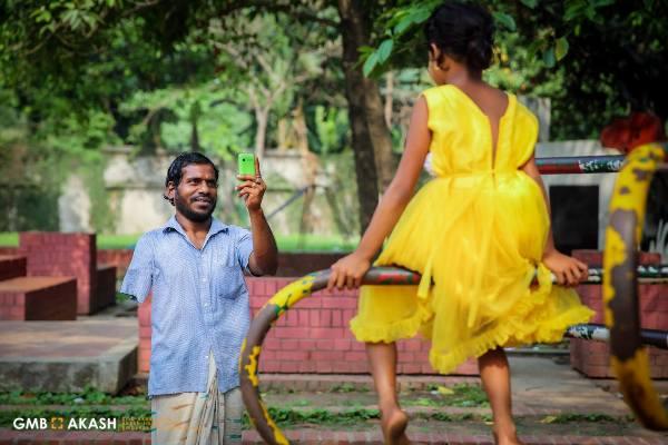 Sau 2 năm tích cóp, người cha ăn xin hạnh phúc vì cuối cùng cũng mua được cho con gái 1 chiếc váy mới - Ảnh 1.