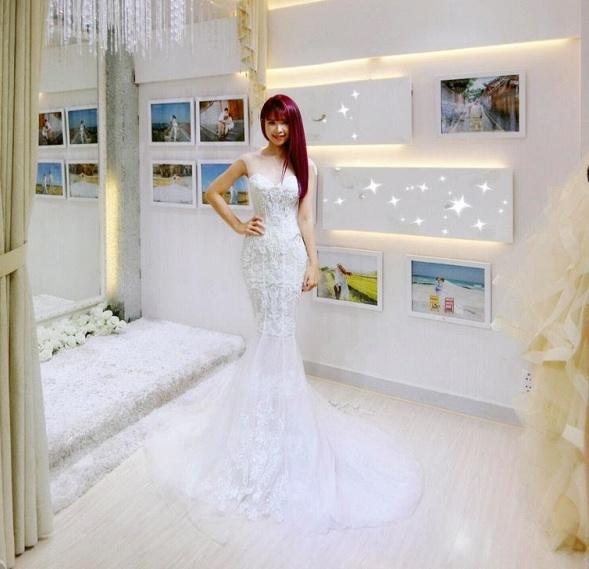 Khởi My được khen hết lời khi diện bộ váy cưới đính 8000 viên pha lê - Ảnh 1.
