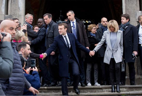 Ngôn ngữ cơ thể nói gì về tân Tổng thống trẻ nhất lịch sử Pháp và người vợ hơn 25 tuổi của mình? - Ảnh 1.
