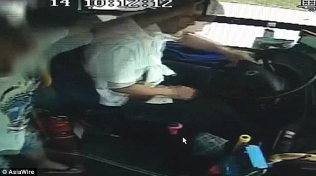 Không được dừng đỗ theo ý muốn, nam hành khách đánh đập dã man vị tài xế xe buýt - ảnh 1