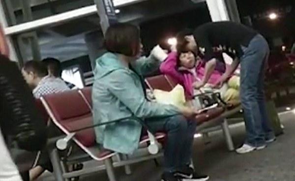 Nhóm du khách Trung Quốc bắc nồi nấu mì tôm ngay giữa sân bay 1
