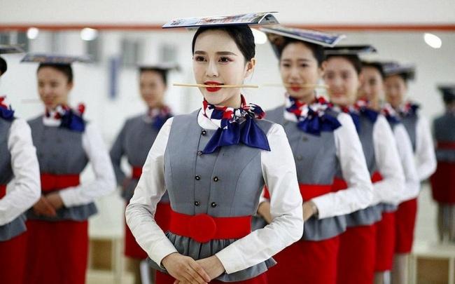 Những bài tập khó nhằn dành cho các cô gái xinh đẹp nuôi mộng làm tiếp viên hàng không ở Trung Quốc - Ảnh 1.