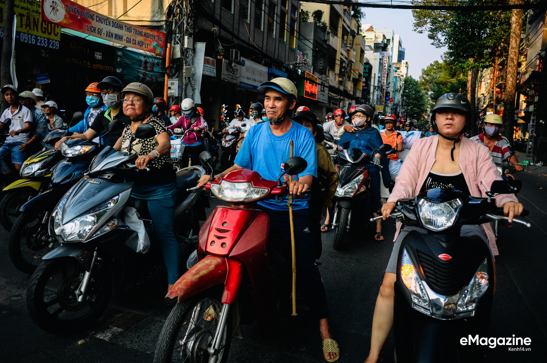 Một ngày lang thang của đội quân bô lão bán vé số giữa Sài Gòn - Ảnh 11.