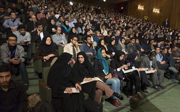 Tiêu chuẩn tuyển dụng giáo viên tương lai ở Iran: Không có mụn, hàm trên 20 chiếc răng, không được vô sinh và mù màu...