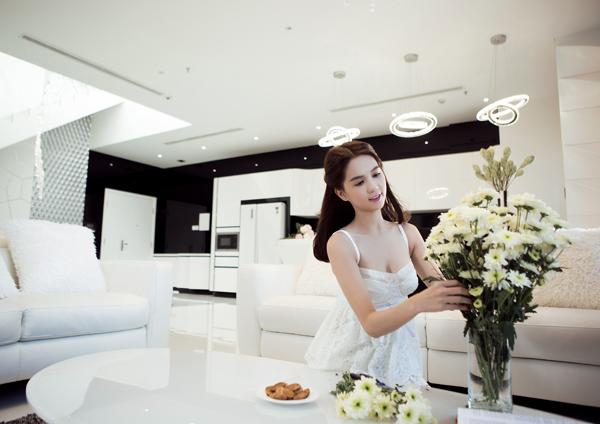 Đang lùm xùm đấu giá siêu sim, Ngọc Trinh lại gây xôn xao khi rao bán căn hộ với giá 17 tỷ đồng