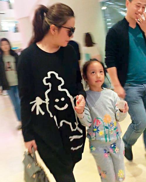 Con gái Triệu Vy bị chê quê mùa vì không mặc quần áo hàng hiệu - Ảnh 1.