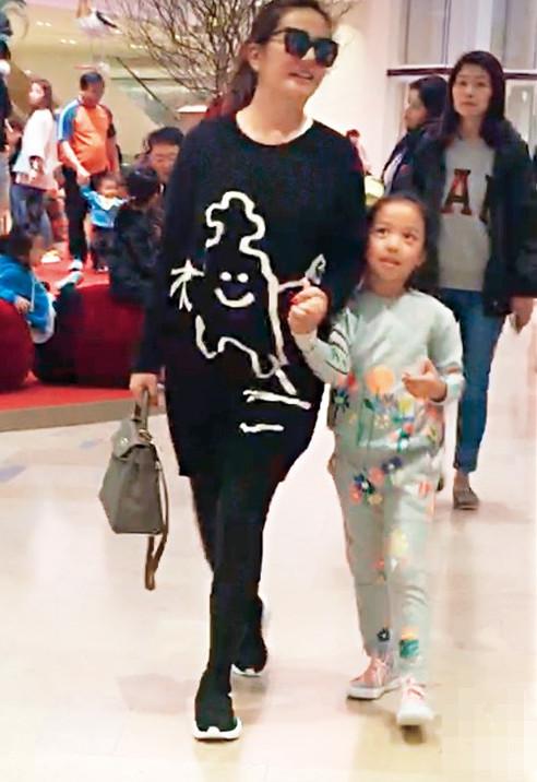 Con gái Triệu Vy càng lớn càng giống mẹ với đôi mắt to tròn, đáng yêu - Ảnh 1.