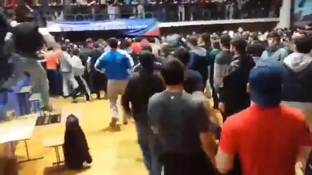 Chơi trò tiểu nhân, võ sĩ MMA bị CĐV quây đánh hội đồng - Ảnh 3.