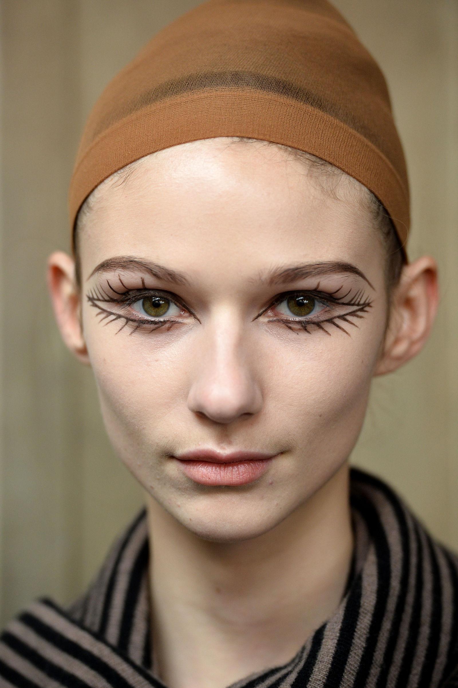 Bạn muốn mắt mình to hơn ư? Lời khuyên của show diễn Isa Arfen là hãy vẽ hẳn một đôi mắt khác cho mình. Hình vẽ đôi mắt với hàng mi ấn tượng này được lấy cảm hứng từ siêu mẫu huyền thoại Twiggy.