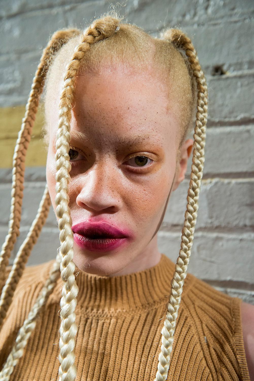 """Không chỉ có thương hiệu Preen, thương hiệu Gypsy Sport cũng gây giật mình khi lăng xê cho kiểu makeup môi nhòe nhoẹt, kèm theo là kiểu tóc """"người ngoài hành tinh""""."""