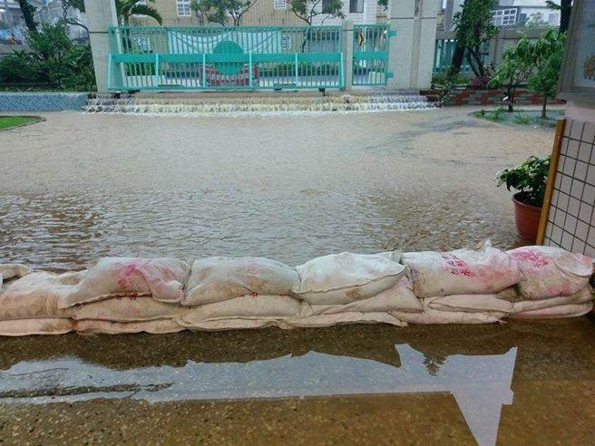 Người dân Đài Loan chật vật đối mặt với ngập úng khắp nơi bởi trận mưa lớn kỷ lục trong 17 năm qua 6