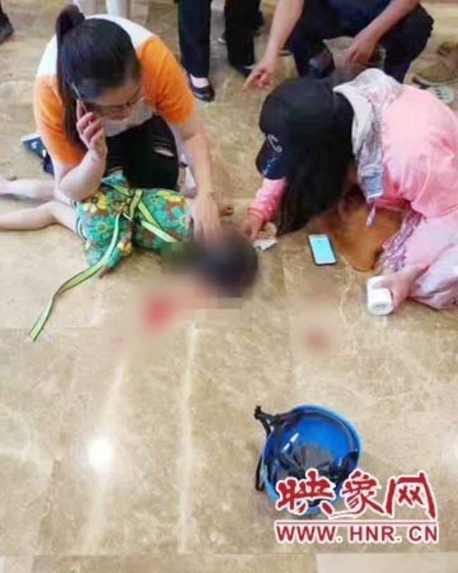 Trung tâm thương mại lắp đặt trò chơi cẩu thả, cô bé 5 tuổi ngã trọng thương, phải chăm sóc đặc biệt 1