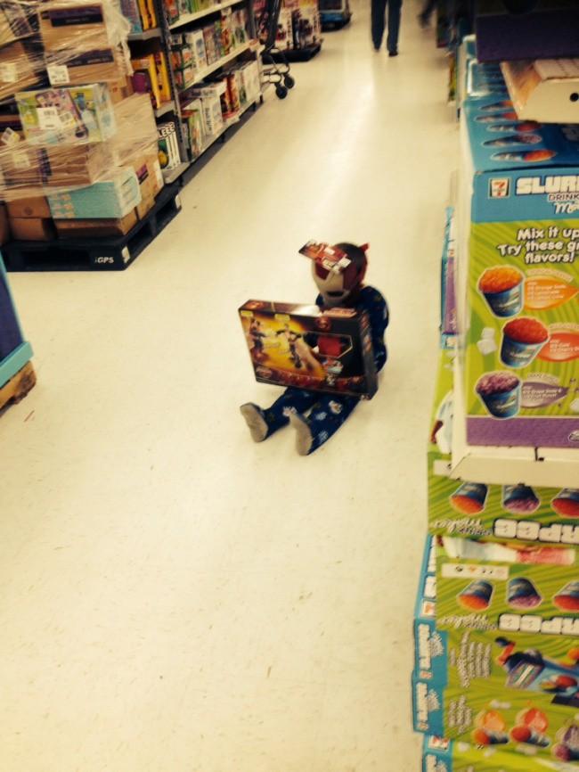 Nỗi khổ tâm của những ông bố, bà mẹ phải cho con đi shopping cùng - Ảnh 21.