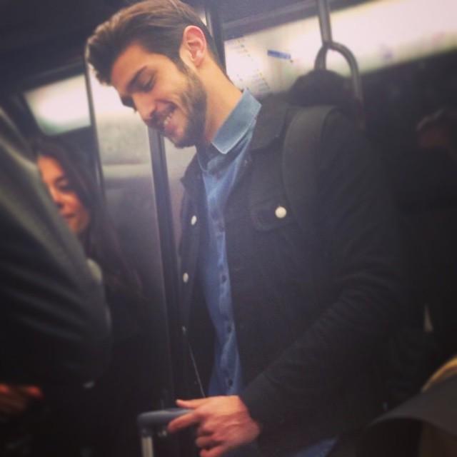 Chùm ảnh chứng minh hóa ra tàu điện ngầm mới thực sự là thiên đường trai đẹp - Ảnh 1.