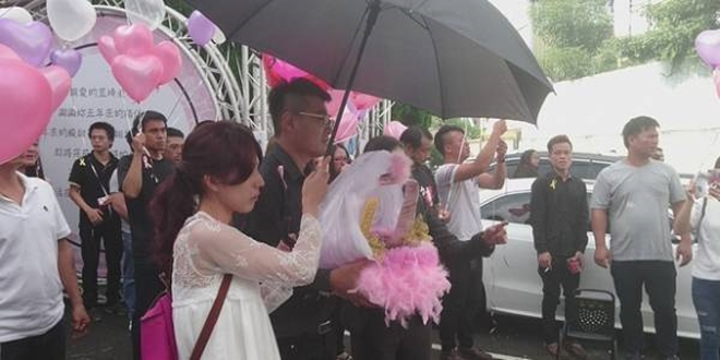 Độc Lạ: Hôn thê đang mang thai qua đời vì tai nạn giao thông, người đàn ông chung tình biến lễ viếng thành buổi lễ đính hôn