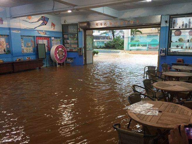 Người dân Đài Loan chật vật đối mặt với ngập úng khắp nơi bởi trận mưa lớn kỷ lục trong 17 năm qua 7