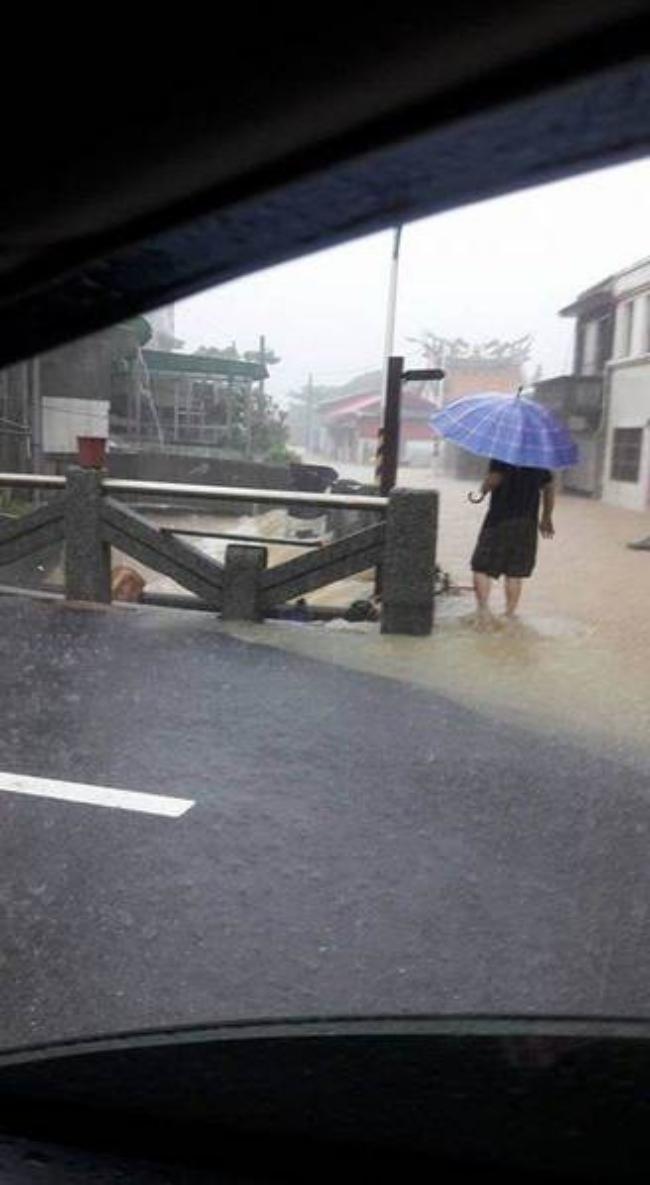 Người dân Đài Loan chật vật đối mặt với ngập úng khắp nơi bởi trận mưa lớn kỷ lục trong 17 năm qua 3