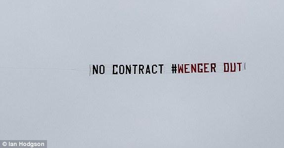 Fan Arsenal tạo nên cảnh tượng lần đầu tiên xuất hiện ở Premier League - Ảnh 4.