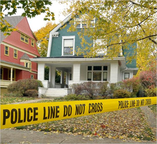 Bí ẩn câu chuyện người phụ nữ ở chung nhà với 3 tử thi suốt vài chục năm ròng - Ảnh 2.