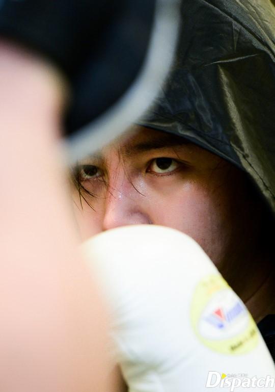 Tung ảnh đấm bốc cực ngầu, nhưng điều fan chú ý lại là khuôn mặt sưng vù của Jang Geun Suk - Ảnh 5.