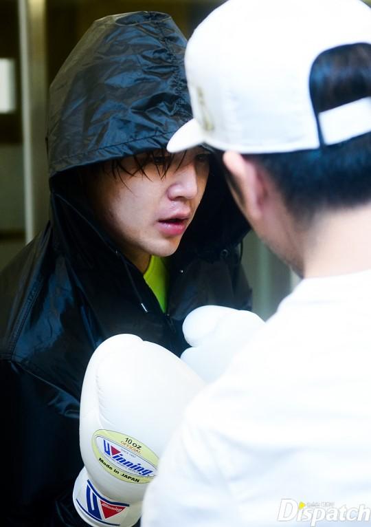 Tung ảnh đấm bốc cực ngầu, nhưng điều fan chú ý lại là khuôn mặt sưng vù của Jang Geun Suk - Ảnh 7.