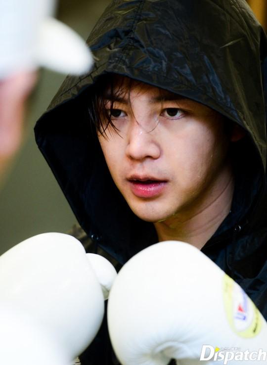 Tung ảnh đấm bốc cực ngầu, nhưng điều fan chú ý lại là khuôn mặt sưng vù của Jang Geun Suk - Ảnh 8.