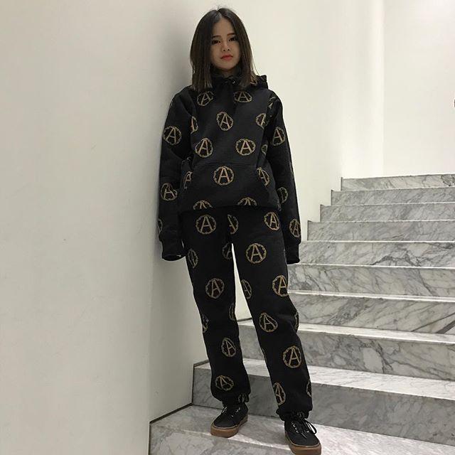 Feifei - cô nàng 20 tuổi được bố mẹ cho hơn 200 triệu đồng/tháng chỉ để mua đồ streetwear - Ảnh 6.