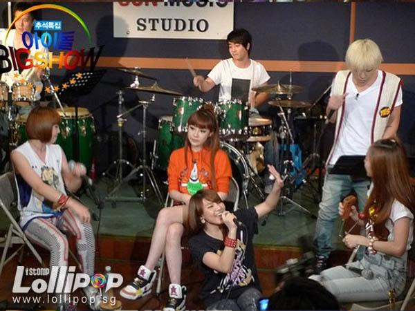 Nhìn G-Dragon và Dara mùi mẫn như thế này, trái tim fangirl làm sao mà không loạn nhịp cho được! - Ảnh 9.