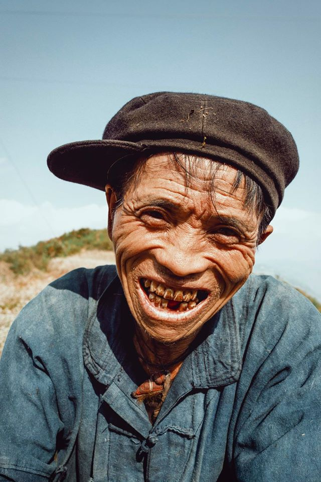 Ông cụ dân tộc cùng nụ cười lan tỏa hạnh phúc khắp mạng xã hội - ảnh 4