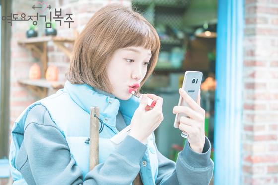 Phim đã hết nhưng con gái Hàn vẫn đổ xô cắt tóc ngắn cũn, tô son giống tiên nữ cử tạ Kim Bok Joo - Ảnh 13.