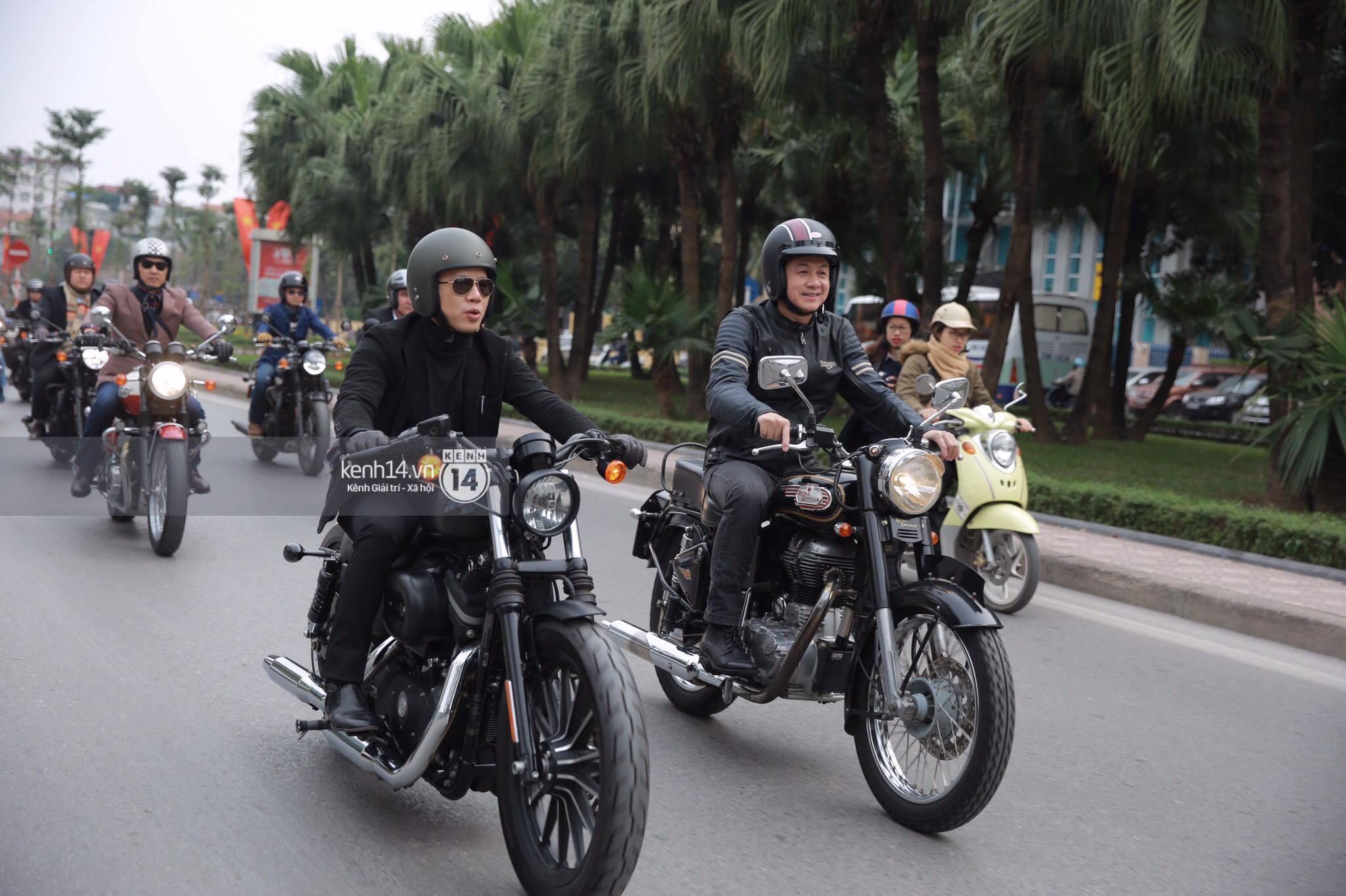 Sao Việt : Một lần nữa, MC Anh Tuấn lại gây xúc động khi chạy chiếc xe của Trần Lập dẫn đoàn diễu hành trên phố