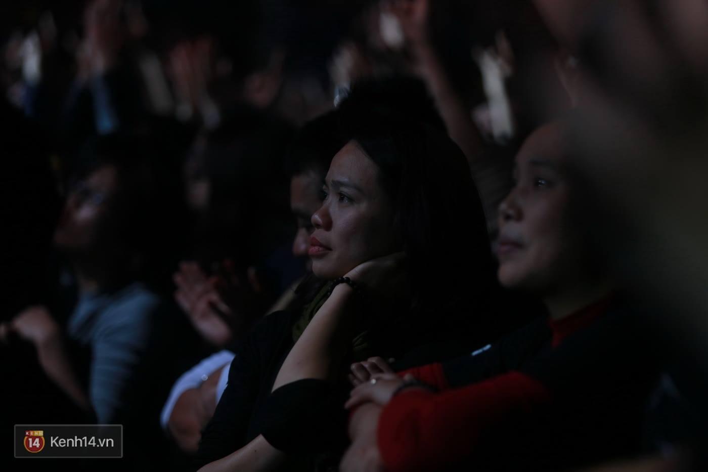 Sao Việt:  Vợ Trần Lập nghẹn ngào khi giọng chồng cất lên trong ca khúc