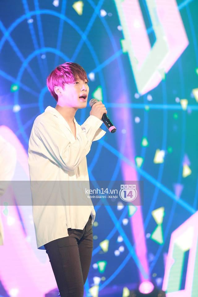 Sự cố âm thanh lật tẩy boygroup Kpop hát nhép Phía sau một cô gái tại Hà Nội - Ảnh 1.
