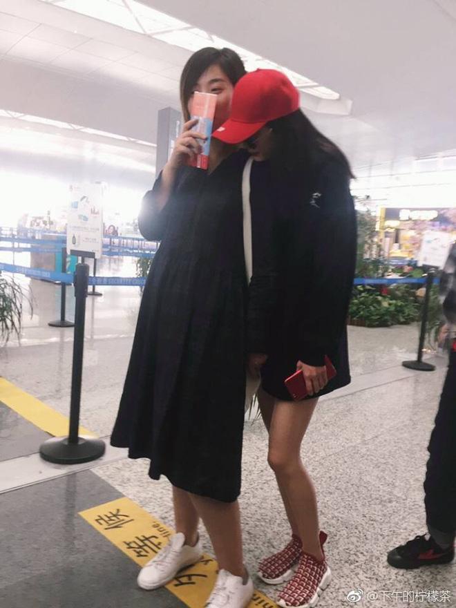 Dương Mịch nhõng nhẽo, ôm chặt trợ lý tại sân bay - Ảnh 6.