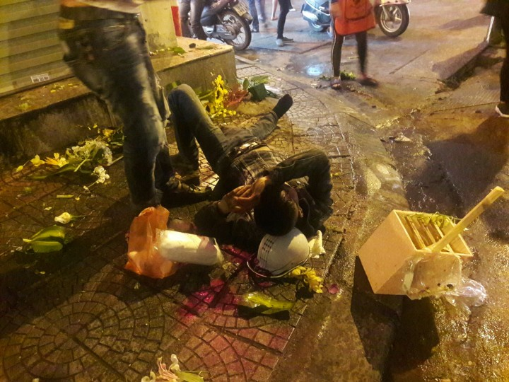 Một nạn nhân bị thương nặng, được người dân đưa đi cấp cứu. Ảnh: Otofun