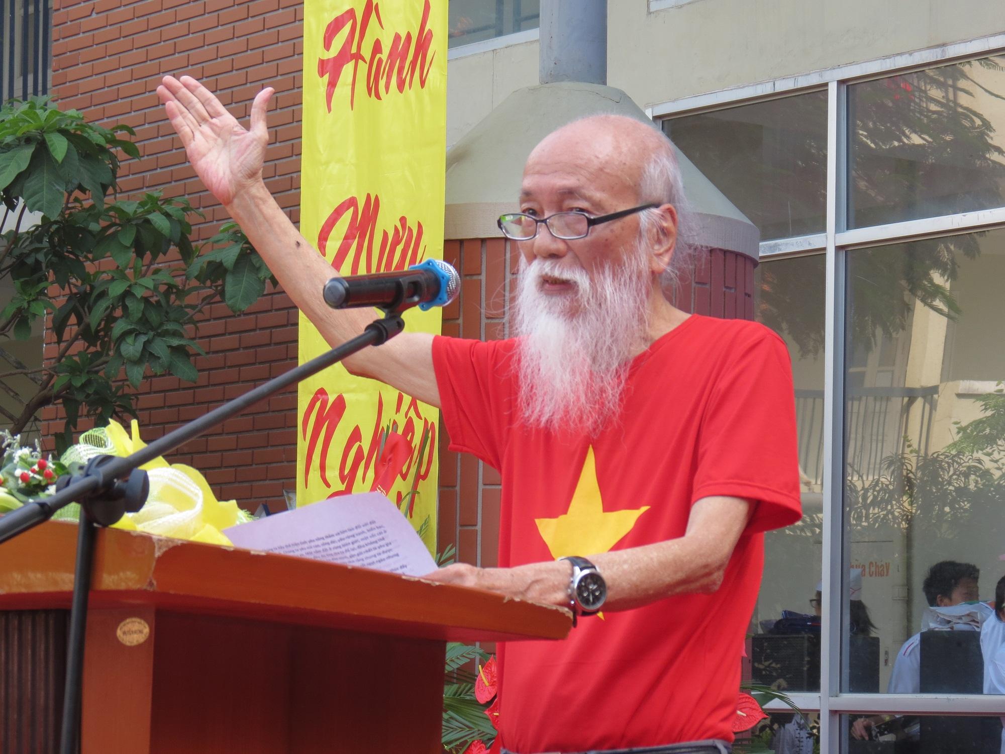Hình ảnh thầy Văn Như Cương trong lễ khai giảng năm học 2014-2015 của trường THPT Lương Thế Vinh