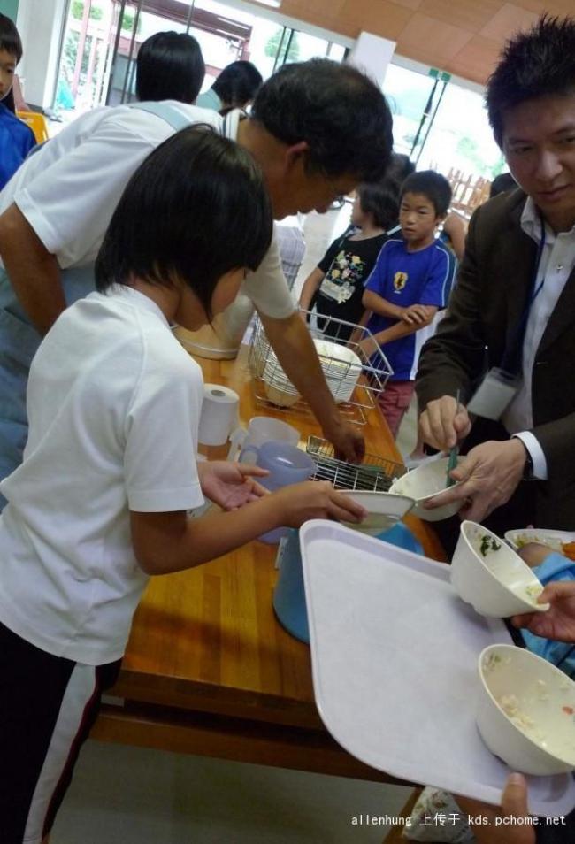 Một bữa trưa đạm bạc của trẻ em Nhật sẽ khiến nhiều người phải cảm thấy hổ thẹn, và đây là lý do 18