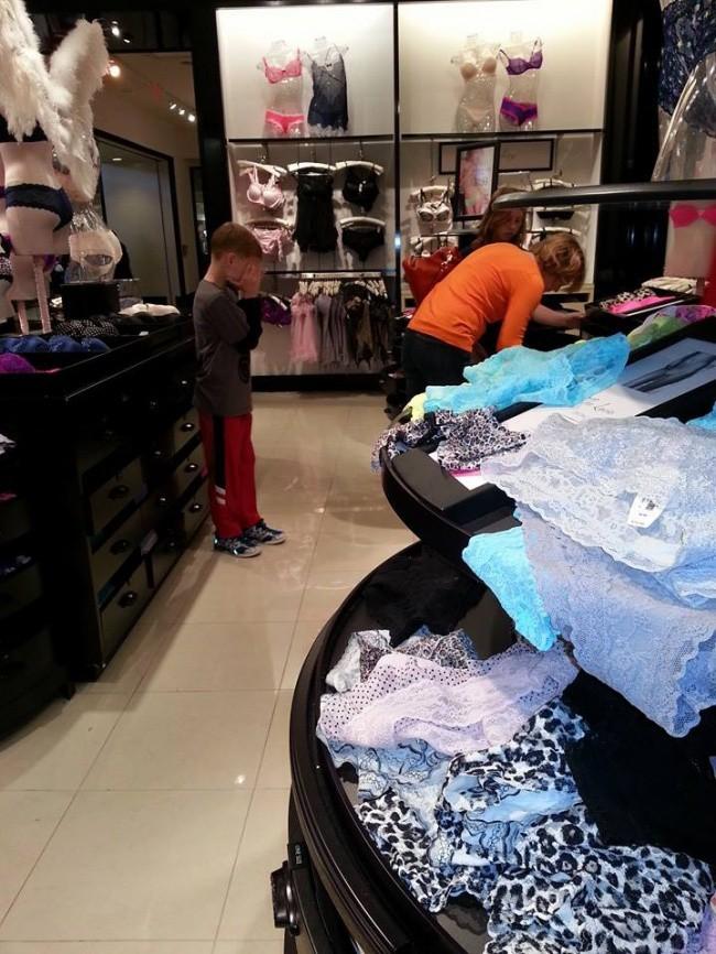 Nỗi khổ tâm của những ông bố, bà mẹ phải cho con đi shopping cùng - Ảnh 31.