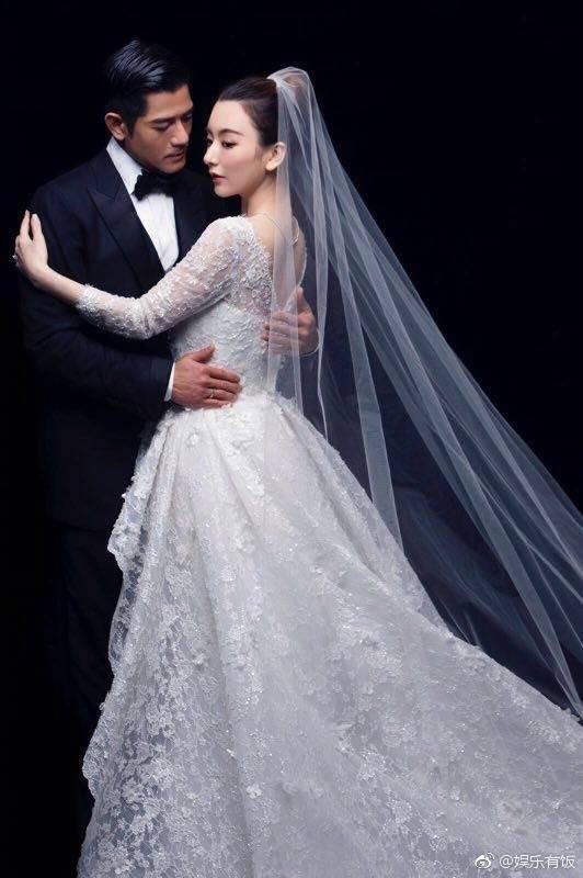 Cuối cùng cô dâu hotgirl đã xuất hiện, Quách Phú Thành nghẹn ngào xúc động trong hôn lễ - Ảnh 16.